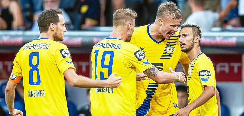 Braunschweigs Onur Bulut (#25) bejubelt seinen Treffer zum 1:1 während der Fußball-Partie in der 3. Bundesliga am 1. Spieltag zwischen Eintracht Braunschweig und dem Karlsruher SC am Freitag (27.07.2018) im Eintracht-Stadion in Braunschweig.