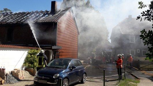 Die Feuerwehr konnte verhindern, dass die Flammen übergreifen.