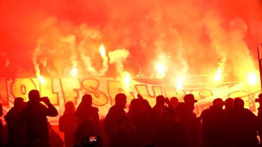 Einige Wolfsburger Anhänger zünden in Hannover Pyrotechnik (Archivbild).