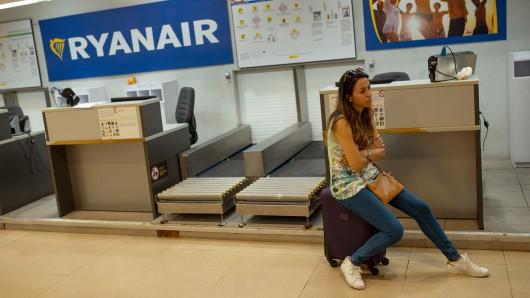 Streik bei Ryanair - da bleiben Flieger und Passagiere am Boden (Archivbild).