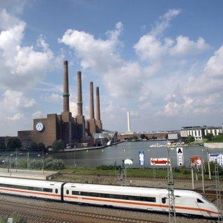 Ein ICE im Bahnhof Wolfsburg (Archivbild).