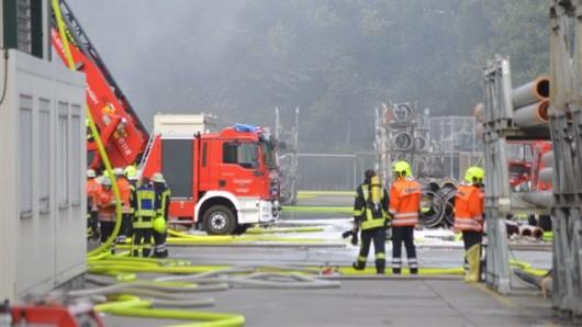 Nach dem Großbrand bei der Firma Butting in Knesebeck war die Feuerwehr vor Ort, um die Gewässer rund um die Firma zu schützen (Archivbild).