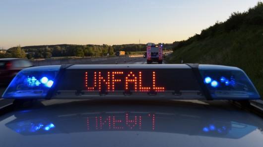 Die Bundesstraße musste für mehrere Stunden gesperrt werden. (Symbolbild)