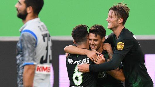 Josip Brekalo  bejubelt sein Tor zum 1:0 mit Renato Steffen und Wout Weghorst,