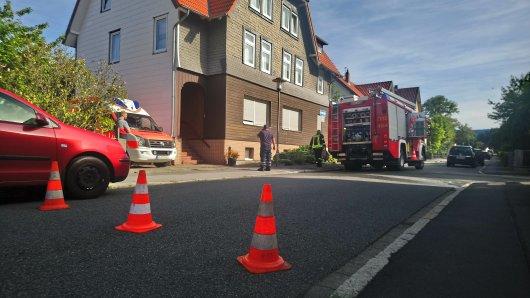 Ein Tanklöschfahrzeug der Feuerwehr Oker und ein Rettungswagen der Kreiswirtschaftsbetriebe Goslar stehen vor dem Gebäude. Das Feuer war auf dem Innenhof ausgebrochen.