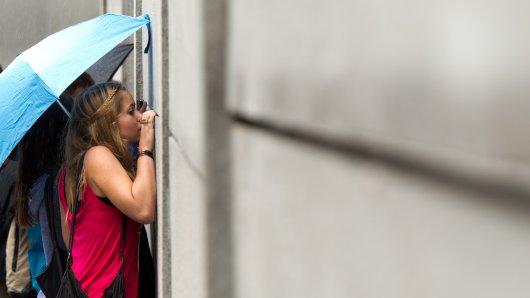 Frauen schauen sich in Berlin die Gedenkstätte Berliner Mauer an (Archivbild).