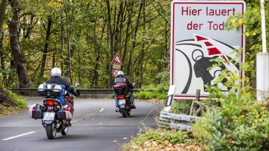 Warnhinweis für Motorradfahrer an einer gefährlichen, kurvenreichen Landstrasse im Süden von Essen.