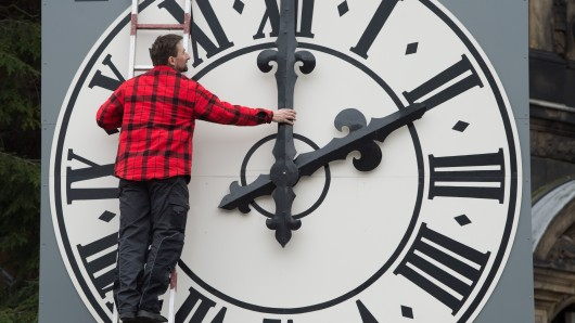 Müssen die Uhren bald nicht mehr umstellt werden? Die Zeitumstellungs-Umfrage endet am Donnerstag (Symbolbild).