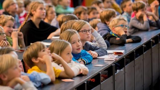 Gebannt verfolgen die Jung-Studierenden die Vorlesungen der Kinder-Uni Braunschweig.