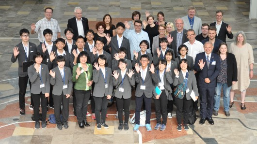 Oberbürgermeister Klaus Mohrs empfängt zusammen mit Vertretern aus Politik und Verwaltung eine Schülergruppe aus Nagoya/Japan.