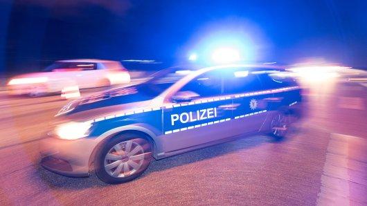 Erst als sich ein Streifenwagen vor den BMW setzte, konnte der Fahrer gestoppt werden (Symbolbild).