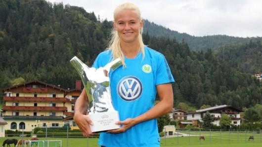 Pernille Harder mit ihrem neuen Pokal.