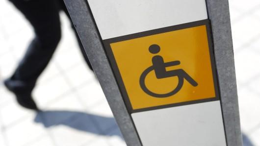 Ein Hinweisschild auf einen Eingang für Rollstuhlfahrer (Symbolbild).