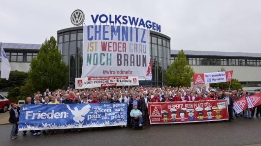 An der kurzfristig von Betriebsrat und Werkleitung organisierten Zusammenkunft im Motorenwerk Chemnitz nahmen am Freitagvormittag Mitarbeiter der zu diesem Zeitpunkt anwesenden Früh- und Normalschicht teil, außerdem Vorstandsmitglieder sowie Arbeitnehmervertreter aus den anderen deutschen Volkswagen-Werken.