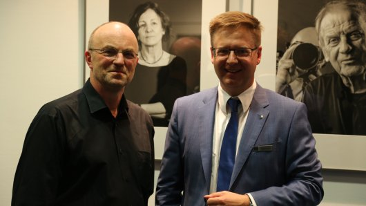 Fotograf und Künstler Klaus G. Kohn (links) und Michael Arndt, Leiter Firmenkunden Heilberufe bei der Volksbank BraWo, eröffnen die Ausstellung Faces in der Hauptstelle am Berliner Platz.