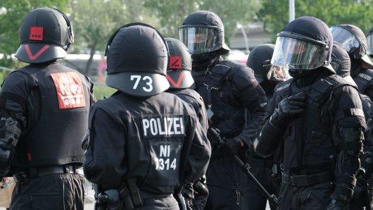Die Polizei ist beim Hinspiel der Relegation in Wolfsburg vor Ort (Archivbild).