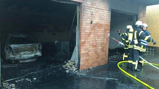 Ein Auto und zwei Roller sind komplett niedergebrannt.