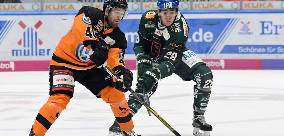 Grizzlys-Spieler Daniel Sparre (links) gegen John Rogl aus Augsburg.
