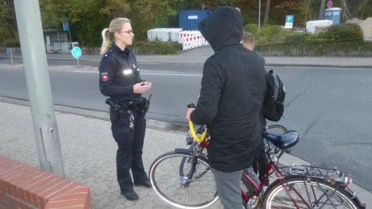 Eine Polizeibeamtin kontrolliert am Dienstag Radfahrer am Calberlaher Damm.