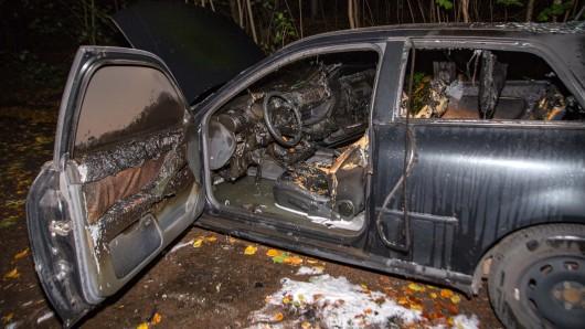 Die Feuerwehr konnte den Wagen nicht mehr retten. Er brannte komplett aus.