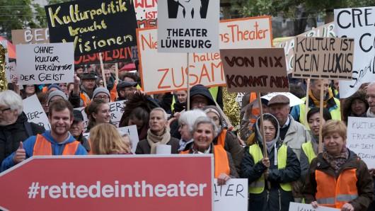 Vertreter kommunaler Theater protestieren mit Transparenten und Plakaten vor dem niedersächsischen Landtag in Hannover.