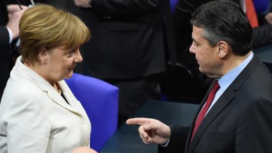 Kanzlerin Merkel und der damalige Außenminister Sigmar Gabriel (Archivbild).