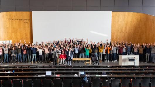 Zukünftige Ingenieure mit Gründergeist: Die Teilnehmer der MacGyver Entrepreneurship Week 2018 mit den Initiatoren Georg-Peter Ostermeyer und  Reza Asghari sowie den Kooperationspartnern Baker Hughes und dem DRK Wolfenbüttel.  Bildnachweis: