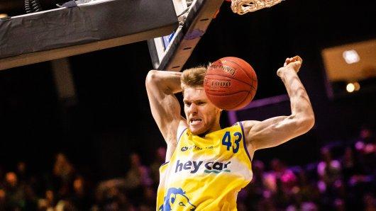 Braunschweigs Scott Eatherton während der BBL-Partie zwischen den Basketball Löwen Braunschweig und Brose Bamberg am Sonntag in der Volkswagen-Halle in Braunschweig. Foto: