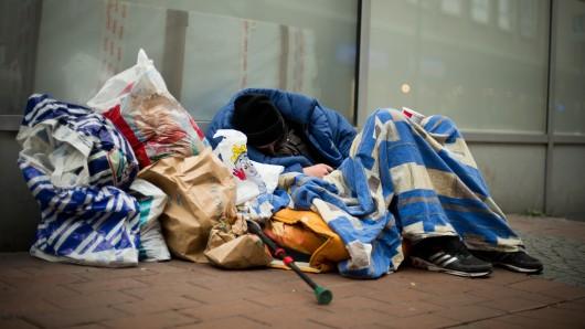 Ein Obdachloser schläft in einer Fußgängerzone (Symbolbild).