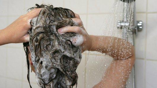 Ein voyeuristisch veranlagter Fußballtrainer aus dem Landkreis Göttingen hat heimlich Spielerinnen unter der Dusche gefilmt. Das flog auf - jetzt muss der Mann dafür zahlen. (Symbolbild)