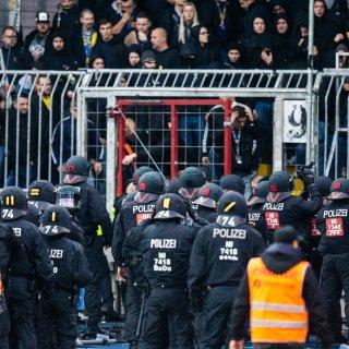 Die Polizei sucht Zeugen, die Videoaufnahmen von den Szenen im Eintracht Stadion gemacht haben.