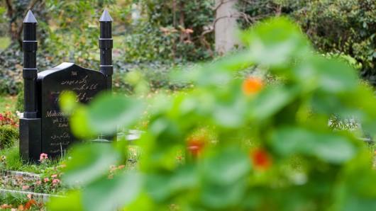 Grabsteine stehen auf einem muslimischen Gräberfeld (Symbolbild).