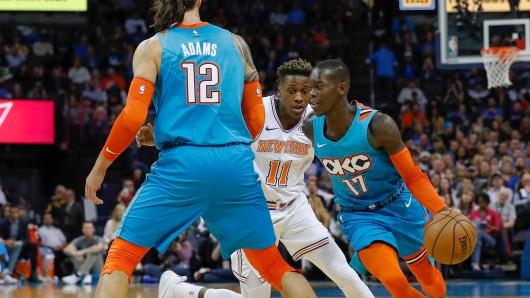 Oklahoma City Thunder Guard Dennis Schröder (17) zieht zum Korb gegen New York Knicks Guard Frank Ntilikina (11), während Thunder Center Steven Adams (12) einen Block stellt.