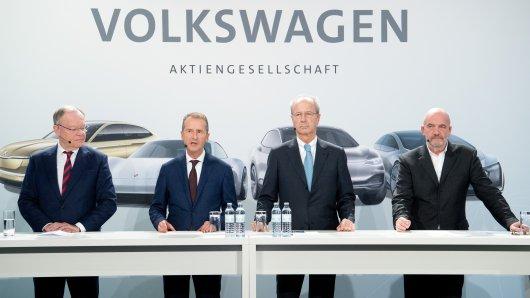 Der VW-Aufsichtsrat (von links) Stephan Weil (SPD), Ministerpräsident von Niedersachsen und im VW-Aufsichtsrat, VW-Chef Herbert Diess, Aufsichtsrats-Chef Hans Dieter Pötsch und Bernd Osterloh, VW-Betriebsratsvorsitzender.