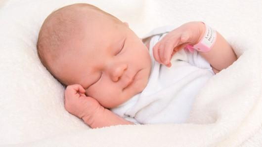 Henriette Elise Leuer wurde am 8. November um 16:30 Uhr in der Frauenklinik am Standort Celler Straße geboren. Sie ist 50 cm lang und wiegt 3415 Gramm. Ihre Eltern sind Maxie Simgen und Lennart Leuer.