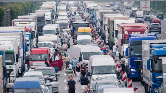 Autofahrer stehen auf der A2 bei Wendeburg nach einem Lkw-Unfall im Stau. Rettungsgasse? Fehlanzeige! (Archivbild)