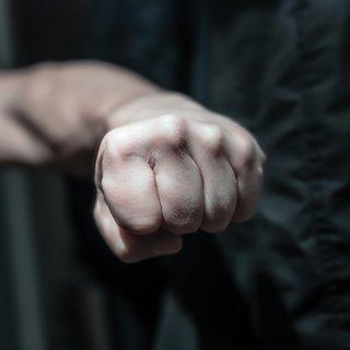 Mit einem Faustschlag hatte der Täter sein Opfer gezwungen, Handy und Bargeld herauszugeben. (Symbolbild)