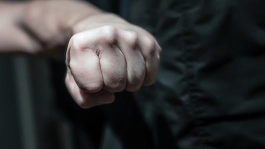 Einer der Täter hatte dem Syrer ins Gesicht geschlagen. (Symbolfoto)