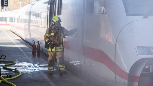Aus dem brennenden Zugteil stieg dichter Rauch auf. Foto: Clemens Heidrich