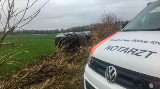 Der Unfallfahrer wurde im Rettungswagen von einem Notarzt versorgt wurde.