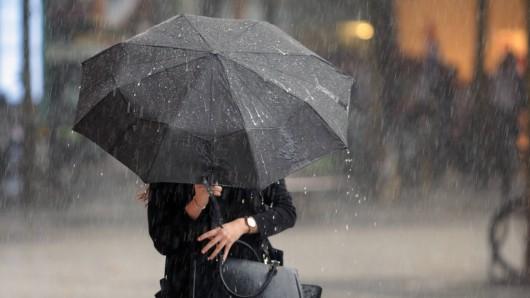 Der Deutsche Wetterdienst warnt vor Regen und Sturm. (Symbolbild)