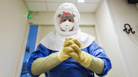 Ein Arzt bereitet sich auf eine Ebola-Untersuchung vor (Archivbild).