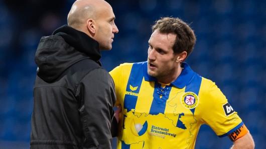 Eintracht-Coach André Schubert im Gespräch mit Kapitän Stephan Fürstner.