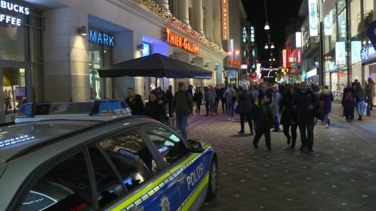 Ein Polizeiauto steht vor der Thier-Galerie. In dem Einkaufszentrum hatten gezündete Böller Hunderte Menschen in Angst und Schrecken versetzt. Durch den Knall gerieten zahlreiche Besucher und Kunden in Panik und verließen fluchtartig das Gebäude in der Innenstadt. N