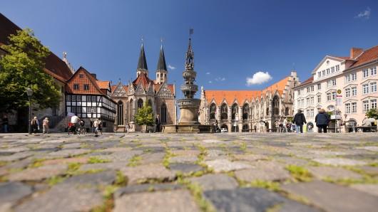 Der Altstadtmarkt mit dem Marienbrunnen, dem Altstadtrathaus, der Martinikirche (12. - 14. Jahrhundert), dem Alten Zollhaus von 1643 und dem Gewandhaus mit Renaissancegiebel von 1590/91 ist ein Kleinod der Vergangenheit