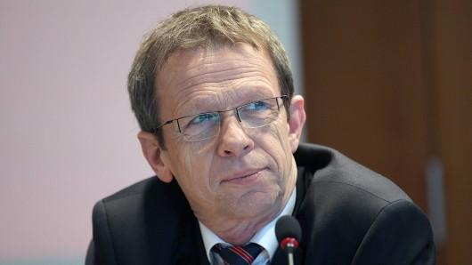 Klaus Mohrs (SPD) bleibt noch länger Oberbürgermeister in Wolfsburg (Archivbild).