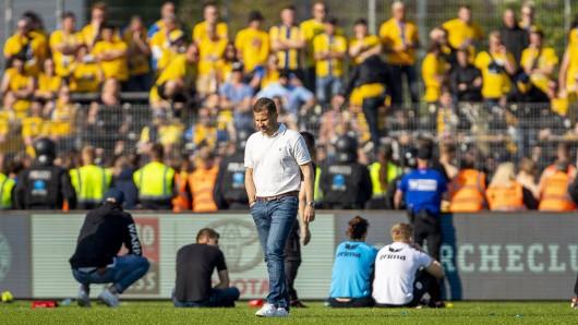 Kurz nach der Schockstarre in Kiel: Marc Arnold geht nach dem Abstieg der Eintracht über den Rasen.