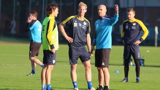 Löwen-Coach André Schubert gibt beim Training die Richtung vor (Archivbild).