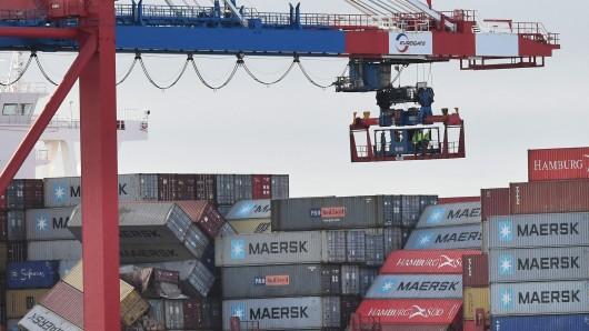 Die MSC Zoe liegt mit umgestürzten Containern an der Kaje des Container Terminals.