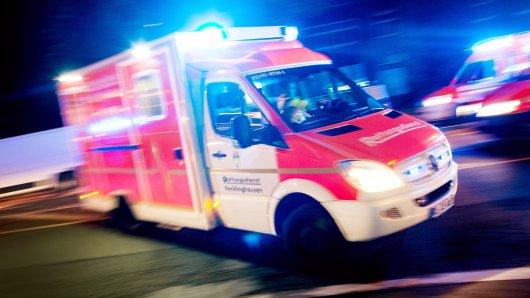 In Neuss ist ein Mann durch ein Hallendach gestürzt.